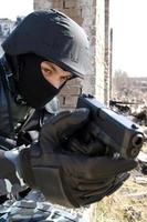 Soldat, der mit einer Glockpistole zielt foto