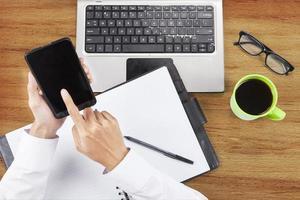 Hände mit dem Smartphone arbeiten