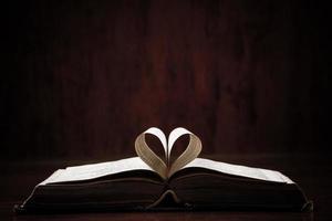 offenes Buch auf dem Tisch foto