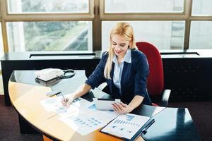 junge Geschäftsfrau in der Arbeitsatmosphäre foto