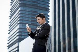 Geschäftsmann spricht auf Handy im Freien Finanzviertel in Stress foto