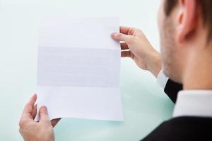 Hand der Person, die leeres Papier hält foto