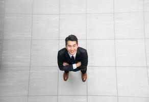 asiatischer junger & erfolgreicher Geschäftsmann von oben, hoher Winkel foto