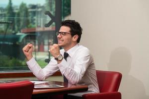 Geschäftsmann freut sich über seinen Erfolg foto