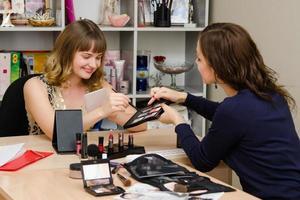 Maskenbildner empfiehlt, dass bei der Auswahl der Mädchenfarbe Lidschatten foto