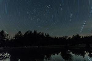 Langzeitbelichtung des Himmels mit den Sternen foto