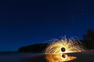 Sternennacht Stahlwolle am Strand mit Reflexionen foto