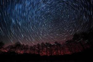 die Bewegung der Sterne um den Polstern foto