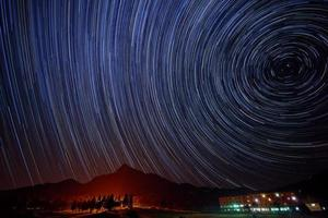 Sternspuren über dem Sommerresort foto