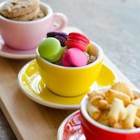 Makronen und Kekse in der Tasse foto