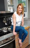 attraktive Frau in der Küche lächelnd