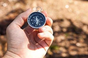 Hand hält den Kompass foto