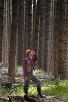 Förster in einem pazifischen Nordwestwald foto
