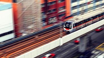 Kreisverkehr und Zugverkehr foto