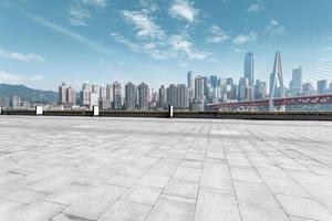 moderne Skyline und leere Straße foto