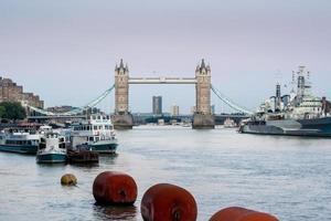 Tower Bridge: Skyline von London von der Themse aus gesehen foto