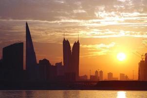 Hochhaus während des Sonnenuntergangs foto