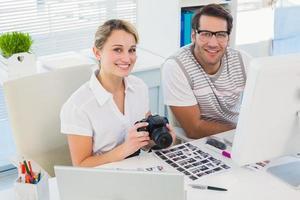Gelegenheits-Bildbearbeiter mit Kamera foto