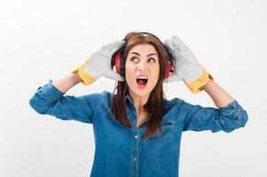 junge Frau, die Schutzausrüstung mit einem schreienden Gesicht trägt. foto