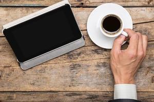 Geschäftsmann, der Tablet-PC beobachtet foto