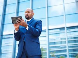 Afroamerikaner Geschäftsmann mit Tablette foto