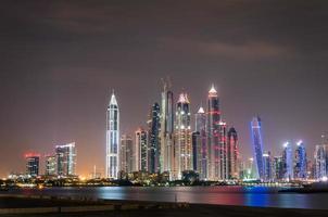 bunte Skyline-Ansicht von Dubai Marina bei Nacht foto