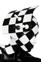 Porträt in Hutform eines Schachbretts mit Figuren
