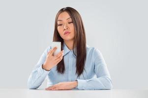 schöne glückliche Geschäftsfrau, die eine Textnachricht liest foto