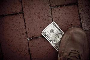 uns fünf Dollarschein auf der Straße foto