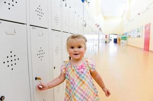 kleines Mädchen im Schulschließfach foto