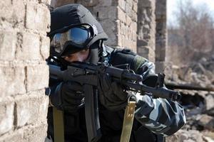 Soldat, der mit einem automatischen Gewehr auf ein Ziel zielt
