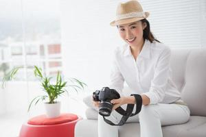 Bildbearbeiter schaut auf ihre Kamera