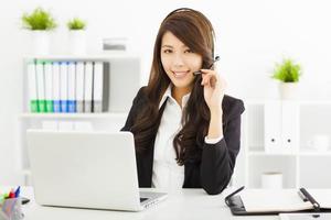 junge Geschäftsfrau im Headset foto