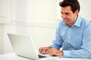 allein erwachsener Geschäftsmann, der an seinem Laptop arbeitet