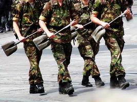 Soldaten marschieren mit Bauschaufel