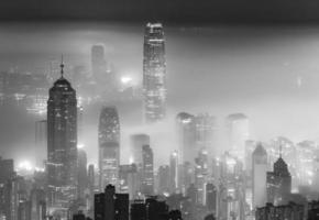 neblige Nachtansicht der Stadt Hongkong foto