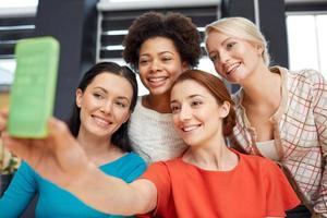 glückliche junge Frauen, die selfie mit Smartphone nehmen foto