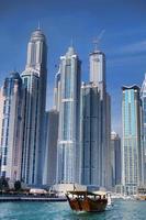 Dubai Marina mit Wolkenkratzern und Booten in vereinigten arabischen Emiraten foto
