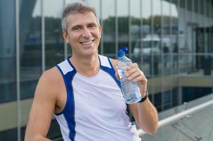 glücklicher Fitnessmann im Freien foto