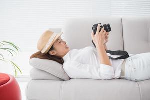 Bildbearbeiter schaut auf ihre Kamera foto