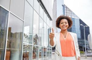 glückliche junge afroamerikanische Geschäftsfrau in der Stadt foto