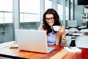 Online-Vergnügen mit einer Tasse Kaffee foto