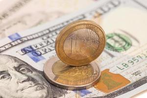 Euro-Münzen über Dollarnoten foto