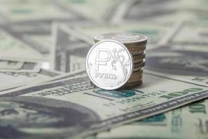 neue russische Rubelmünze und amerikanische Dollar