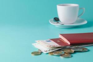 Reisepass mit Banknoten und Münzen