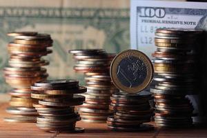 Stapel von Münzen Konzept Dollar Euro Dollar Wechselkurs Wirtschaftlichkeit foto