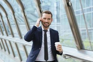 Geschäftsmann mit einem Telefon foto