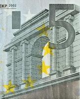 genaue Betrachtung der Euro-Banknote mit einem Nennwert von 50 foto