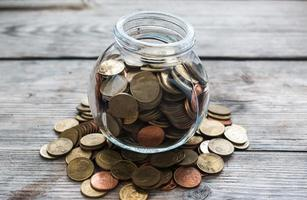 volle Münzen in der Flasche foto