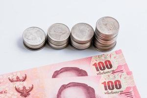 Münzen in Liniendiagramm neben Banknote gesetzt. foto